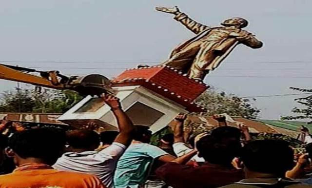 गिराई गई लेनिन की मूर्ति
